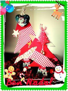 Árbol de Navidad de cartón forrado con telas. Carboard crhistmas tree