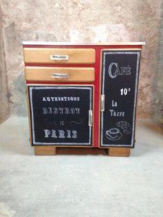 """MEUBLE BISTROT  Description: Meuble type """"bistrot"""" relooké. 2 tiroirs, 2 portes dont l'une huche à pain Intérieur vernis et carreaux vichy. Extérieur ardoise, rouge et bo - 11982793"""
