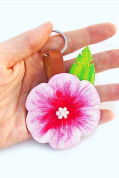 Pretty painted leather keychain. Hibiscus flower purse charm. Tropical flower charm. #hibiscus #keychain #leather