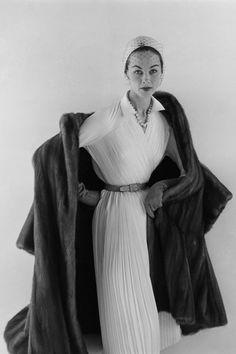 Modelo con abrigo y vestido de Christian Dior en una imagen de vogue de 1952.