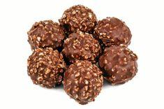 Hemgjorda Ferrero Rocher-kulor – här är receptet   Land Ferrero Rocher, Christmas Baking, New Years Eve, Raw Food Recipes, Doughnut, Fudge, Deserts, Food And Drink, Easter
