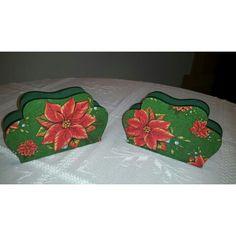 Servilleteros con decoupage de diseños navideños en tonos verde y rojo.