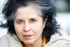 Η Ελένη Γκίκα γεννήθηκε το 1959 στο Κορωπί. Δημοσιογράφος και βιβλιοκριτικός στο Literature, Literatura