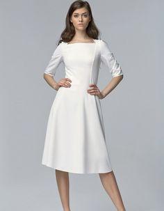 Nie wiesz w co się ubrać? Masz mało czasu? Ta klasyczna, prosta sukienka z bardzo delikatnego materiału, jest Twoim rozwiązaniem. Sukienka bardzo subtelnie podkreśla figurę. Dzięki uniwersalnym kolorom, można dobrać wiele różnych dodatkówi bawić się kolorystyką. Sukienka na podszewce bawełnianej  z rękawem 3/4, zapinanaz tyłu na zamek. Modelka ma 176 cm wzrostu i ma na sobie rozmiar 36. Prać w 30*C