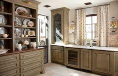 Esta despensa es un sueño chefs.  Gabinete apio cubierto con glaseado blanco mármol pulido, pisos de piedra y teja bíblicos salpicaduras copiado de cocina personal de Monet.