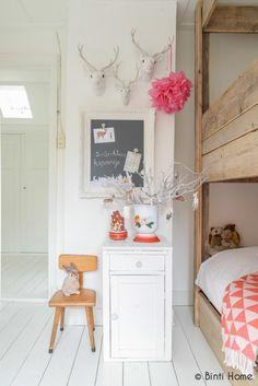 Blanc et bois brut dans une chambre d'enfant