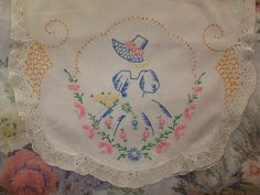 VINTAGE HAND EMBROIDERED TATTED LACE SOUTHERN BELLE TABLE RUNNER DRESSER SCARF
