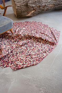 Conheça o trabalho da designer alemã Elisa Strozyk, que cria diferentes tipos de tecidos e artigos maleáveis a partir de pisos, mesas e portas.