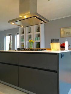 Referentie Wildhagen | Moderne greeploze kookeiland met strakke afzuigkap en kookplaat. https://www.facebook.com/wildhagen.nl/posts/803361573102244 #designkeukens