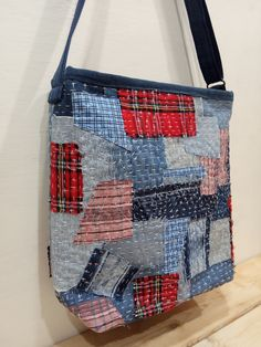 Patchwork Bags, Quilted Bag, Patchwork Designs, Crazy Patchwork, Patchwork Patterns, Crazy Quilting, Bag Patterns, Homemade Bags, Bag Pattern Free