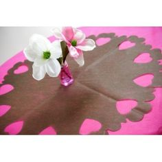 Centre de table intissé chocolat perforé coeurs 73 cm les 5 avec confettis coeurs chocolat
