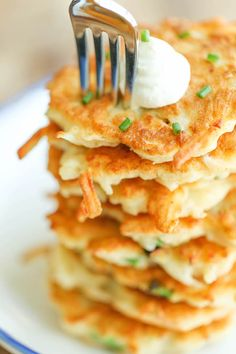 Easy Potato Pancakes Easy Potato Pancakes – Wonderfully crisp, tender, and just melt-in-your mouth amazing. Can be served as an appetizer, side dish or even a light main dish! Easy Polish Recipes, Simple Recipes, Polish Potato Pancakes, Easy Potato Pancakes, German Potato Pancakes, Pancake Muffins, Easy Salads, Easy Meals, Quinoa