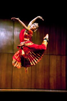 indian classical dance Ananga Manjari in a spectacular pose as Lord Shiva Isadora Duncan, Folk Dance, Dance Art, Indian Classical Dance, Dance World, Dance Paintings, Durga Goddess, Dance Poses, Girl Photography Poses