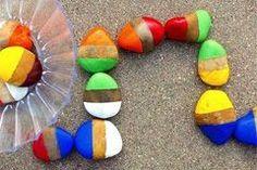 Jetzt wird Domino gespielt! Aber vorher heißt es: Steine sammeln und bemalen. So gestalten Sie eine Steine-Domino für Kinder.