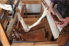 Heidin Iloinen Käsityökulma: Loimen laittaminen kangaspuihin 1/3: Loimen kiertäminen tukille Weaving, Diy, Weaving Looms, Bricolage, Crocheting, Handyman Projects, Knitting Looms, Do It Yourself, Diys