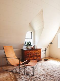 A modern chair design makes for a great contrast in this New York farmhouse Eames, Chaise Panton, Appartement Design, Famous Interior Designers, Home Goods Store, Farmhouse Renovation, New York Homes, Farmhouse Windows, Celebrity Houses
