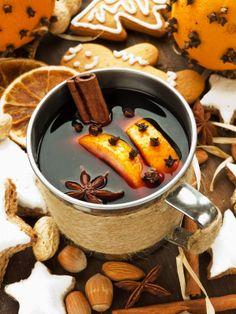 Delicioso Ponche de Navidad elaborado con tejocotes, guayabas, pasas, manzanas y vino tinto.