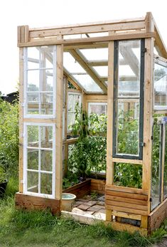 Wie Sie Ihr eigenes Glashaus konstruieren und dies Wertzuwachs verlängern How to design your own glass house and extend this added value Greenhouse Plans, Greenhouse Gardening, Container Gardening, Indoor Greenhouse, Gardening Apron, Outdoor Sheds, Outdoor Gardens, Outdoor Fun, Amazing Gardens