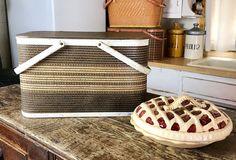 Vintage Picnic Basket, Vintage Baskets, Vintage Chairs, Pinic Basket, Look Vintage, Vintage Items, Antiques Value, Office Items, Red Barns