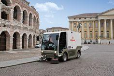 A munkaszélesség 1400 mm, CS140 takarítógép alkalmas a tiszta városi területek, mint például utak, vagy parkolóhelyek, de még extrém szennyezett ipari területeken, mint a kohászat üzemek és cementgyárak tisztításánál is. A rendszer lehetővé teszi a működést még egyenetlen útfelületen is, mivel a rugalmas eleme érintkezik a talajjal. Ennek következtében a fa gyökerei vagy kiálló részek, aknák nem jelentenek problémát.