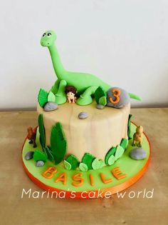The good dinosaur and the little boy in a world full of dinosaurs. Such a cute theme and Cake for a little boy. Dinosaur Birthday Cakes, Dinosaur Party, Le Monde D Arlo, The Good Dinosaur Cake, Isle Of Dogs, Cute Themes, Rain Storm, Pastry Cake, Childrens Party