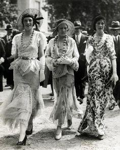 Meurisse | Damesmode. De Parijse mode van 1930 is toch weer lang: elegante japonnen  met kant, doorzichtige en lichte stoffen  en fleurige motieven. Er worden grote of kleine zomerhoeden  en kettingen met grote kralen bij gedragen. Parijs, 1930.
