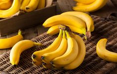 Bananas For Hypertension: One of the most prominent health benefits of banana is its ability to manage blood pressure levels. Banana is a good source of vitamin C, B vitamins and fibre. How To Store Bananas, Banana Health Benefits, Banana Drinks, Home Remedies For Skin, Eating Bananas, Homemade Baby Foods, Big Meals, 100 Calories, Food Waste