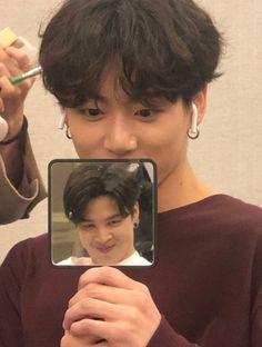 Taehyung took a photo of jungkook holding a mirror which shows a reflection of jimin 👏👏👏👏 Bts Taehyung, Bts Jimin, Bts Selca, Bts Bangtan Boy, Jhope, Jungkook Funny, Jungkook Lindo, Taehyung Photoshoot, Kim Namjoon