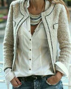 Weißes Hemd 96, Jeans 42, Gürtel 34, Statement-Halskette 86, Blazer 10