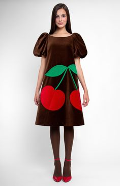 A-shape cotton velvet dress. Boat neck. Balloon sleeves. Velvet cherries and three-dimensional true-wool leaves as decoration. Hidden back zip closure. Without pockets.