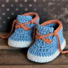 Ayy ama şu işçiliğin harikalığına bakar mısınız?  Zordur örgünün böyle tok durması  Neticede ben yapmadım tabii  Ama böyle bıngıl bıngıl minik ayaklarda çok şirin durmaz mıı  . . . . . . . . . . . Pinterest'ten alıntıdır  . . #crochet #crocheting #crochetersofinstagram #crocheted #crochetlove #instacrochet #yarn #knitting #knitaddict #instaknit #knitlove #knittersofinstagram #örgü #örgümodelleri #tığişi #elisi #elemegi #pattern #motif #patik #blanket #bebekbattaniyesi #handmade #y...
