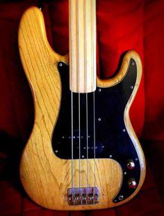 Fender Precision Bass, Fretless. Maple neck.