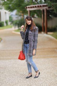 Look do dia com sapatilha de amarrar, casaco de lã, calça rasgada e bolsa vermelha. http://www.justlia.com.br/2015/05/look-do-dia-sapatilha-de-amarrar/