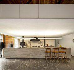 Contraposición entre dos volúmenes, uno opaco y otro transparente, en la nueva vivienda diseñada por Marcio Kogan en un bosque de pinos en Brasil. Una vivienda abierta a la naturaleza.