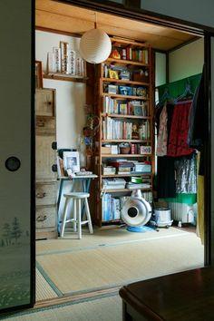 2階の3畳間。夜は布団を敷き寝室として使う。 Apartment Interior, Room Interior, Interior And Exterior, Interior Design, Japan Room, Japanese Apartment, Workspace Design, Japanese Interior, Japanese House