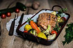 Ein feiner Putenrollbraten Rezept für die ganze Familie mit Gemüse und Frischkäsessauce. Der Putenrollbraten ist ein einfaches aber auch festliches Mahl.