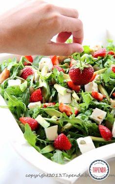 sałatka z rukola, ser feta, awokado, truskawki, Fruits And Vegetables, Cobb Salad, Salads, Food And Drink, Yummy Food, Recipes, Fitness, House, Fruits And Veggies