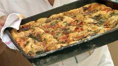 Italové pečou focacciu na víkend, protože se příjemně ukusuje při povídání s přáteli. Těsto je stejné jako na pizzu, takže jeho příprava je velmi jednoduchá. Jen musíte těsto nechat odpočinout, aby správně vyběhlo. Na ochucení můžete přidat cokoli od oliv po sýry.