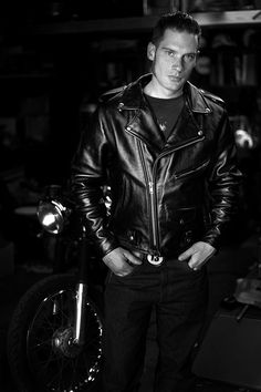 Men's Leather Jackets: How To Choose The One For You. A leather coat is a must for each guy's closet and is likewise an excellent method to express his individual design. Leather jackets never head out of styl Brown Leather Jacket Men, Vintage Leather Jacket, Lambskin Leather Jacket, Leather Men, Leather Jackets, Black Leather, Biker Style, Greaser Style, Stylish Men