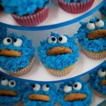 Tag a friend whos also a cookie monster by tastyyummyfood Y Food, Cute Food, Food And Drink, School Cupcakes, Cookie Monster Cupcakes, Dessert Recipes, Desserts, Food Pictures, Delish