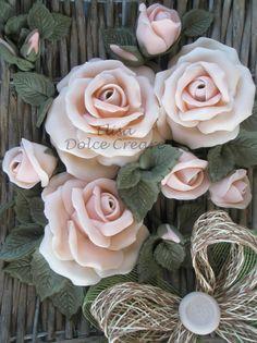 Centro tavola 20x20 in rattan con rose rosa in pasta di mais - particolare