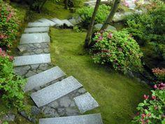garten gehweg idee japanisches flair steinplatten steine dazwischen