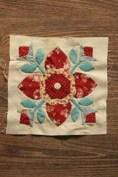 """Szilvi foltvarró blogja: """"Bursting with blooms"""" tutorial Primitive, Bloom, Christmas Tree, Quilts, Blanket, Rugs, Holiday Decor, Home Decor, Scrappy Quilts"""