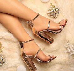 zapatos bonitos y comodos / zapatos bonitos ; zapatos bonitos y comodos ; Fancy Shoes, Trendy Shoes, Formal Shoes, Cute Shoes, Rose Gold Heels, Metallic Heels, White Heels, Frauen In High Heels, Prom Heels