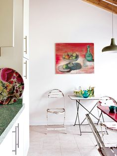 Love the vibe of this farmhouse spotted on nuevo estilo ! Eclectic Kitchen, Scandinavian Kitchen, Eclectic Style, Kitchen Decor, Minimal Kitchen, Painting Kitchen Cabinets, Kitchen Colors, Folding Chair, Kitchen Flooring