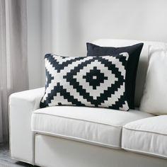 LAPPLJUNG RUTA kussenovertrek | IKEA IKEAnl IKEAnederland inspiratie wooninspiratie interieur wooninterieur designdroom overtrek kussen zwart wit decoratie zacht katoen woonkamer slaapkamer