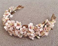 Tocados le Touquet Wedding Headband, Bridal Hair Pins, Bridal Tiara, Bridal Headpieces, Bridal Flowers, Flowers In Hair, Casco Floral, Floral Headpiece, Floral Headbands