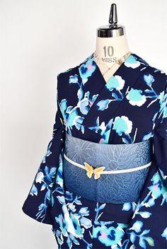 濃紺色地に、にじんだようなタッチと澄んだ色彩で花模様が幻想的に染め出された注染レトロ浴衣です。