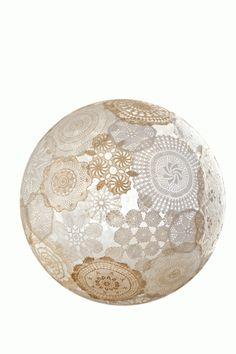 Benodigd materiaal Paverpol (is een textielverharder, te koop bij hobbywinkels); gehaakte kleedjes van natuurlijk materiaal, zoals katoen; een ronde ballon.