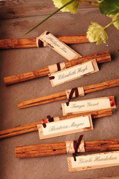 Marcasitios como detalle de boda. Ramas de canela para vuestros invitados.